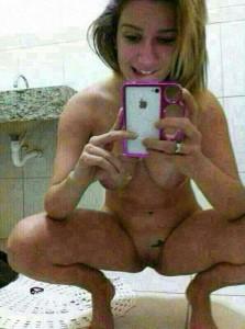 fille nue salle de bain