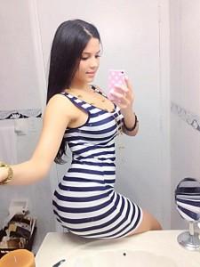 Latine en mini-jupe pose son cul sur un lavabo