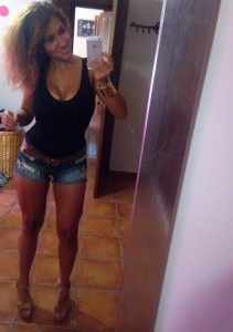 selfie latina en mini short