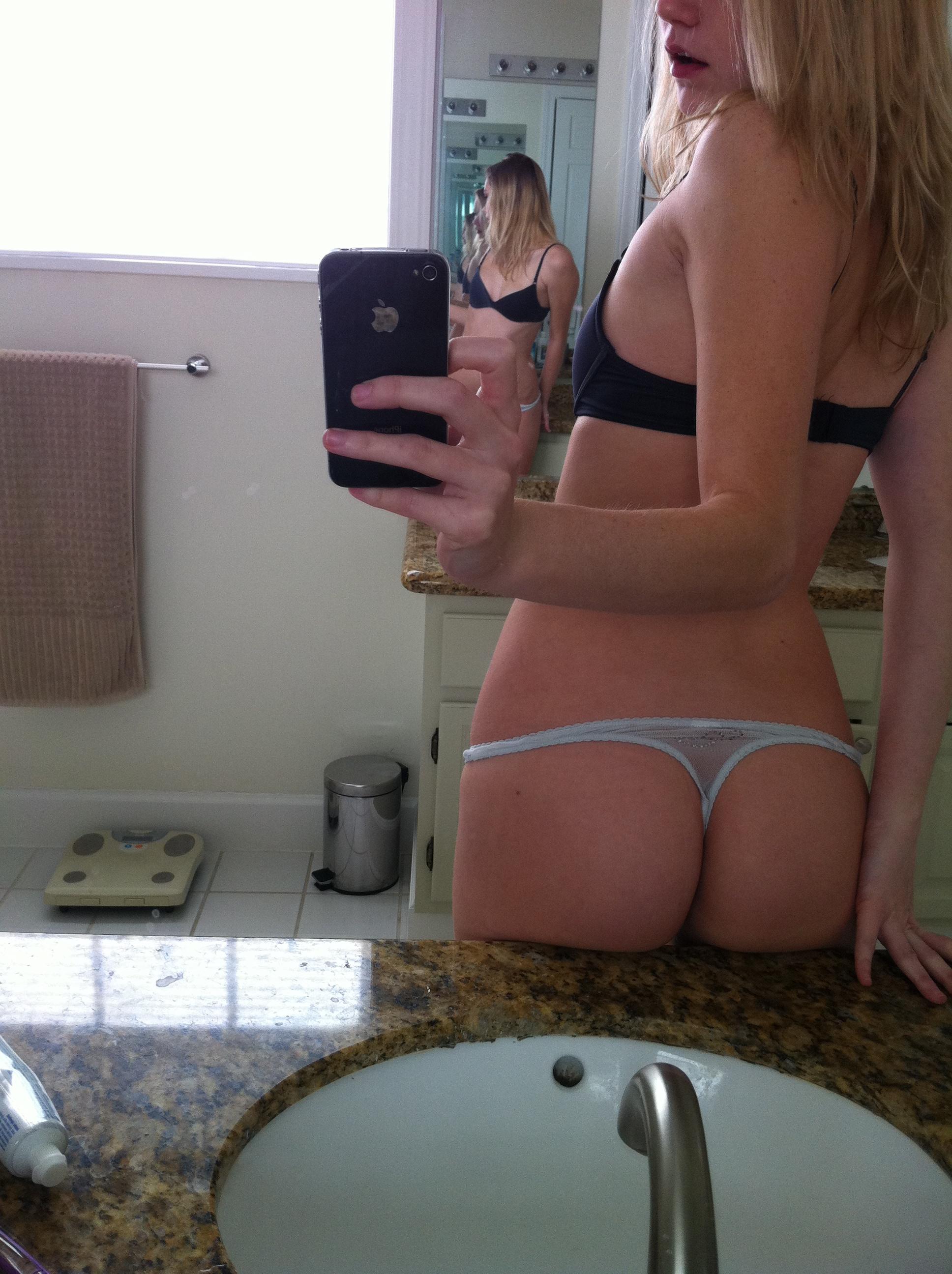 selfie fille montre cul sur lavabo