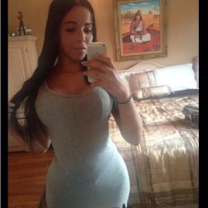 selfie d'une latine en jupe et ses rondeurs sexy