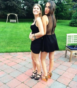 2 jolies filles en jupe