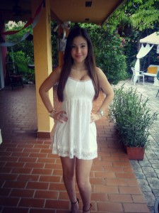brune sexy dans jolie robe blanche