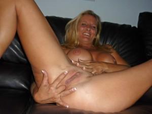 femme cougar très sexy se met joli doigt dans le cul