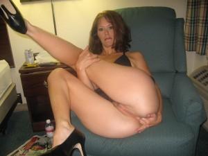 femme mûre chaude se met des doigts dans le cul