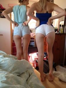 deux filles en mini-short avec magnifique cul