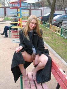 elle se gode sans culotte dans un parc
