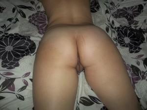 couché sur lit, ce cul attend une queue
