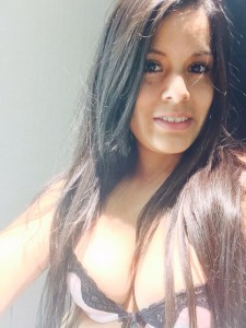 superbe bonasse fait un selfie dans une cabin d'essayage