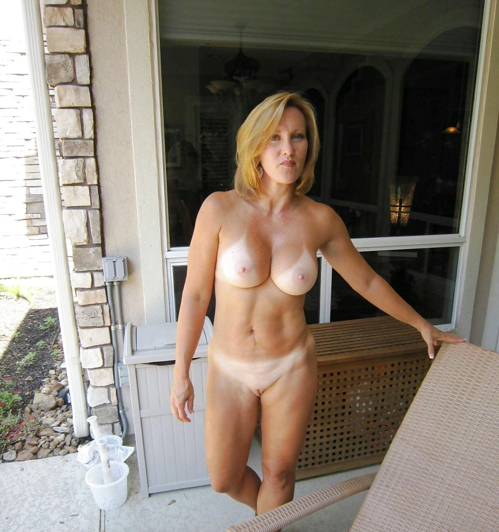 femme mature nue profite du soleil