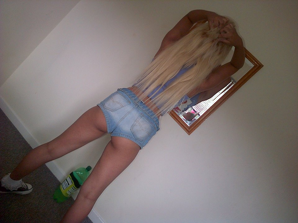 blondasse sexy présente cul en short jean moulant