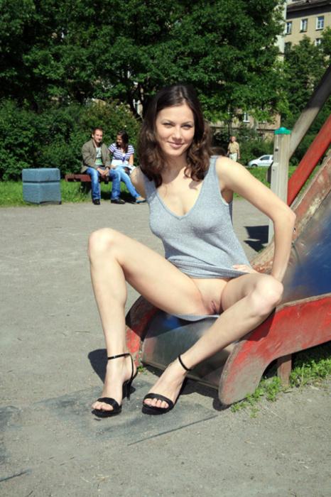 elle montre son sexe sur toboggan avec un voyeur derrière