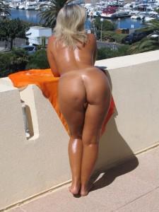 nue sur le rebord du balcon en vacance avec son gros cul