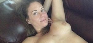 contribution de Marjorie, elle pose nue sur le canapé