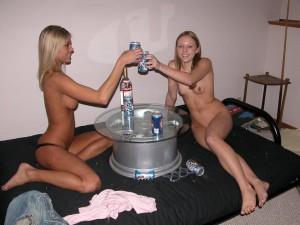 deux lesbiennes nues en train de boire de l'alcool