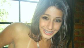 jeune sexy avec un appareil dentaire