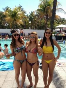trois jolies bonasses en bikini