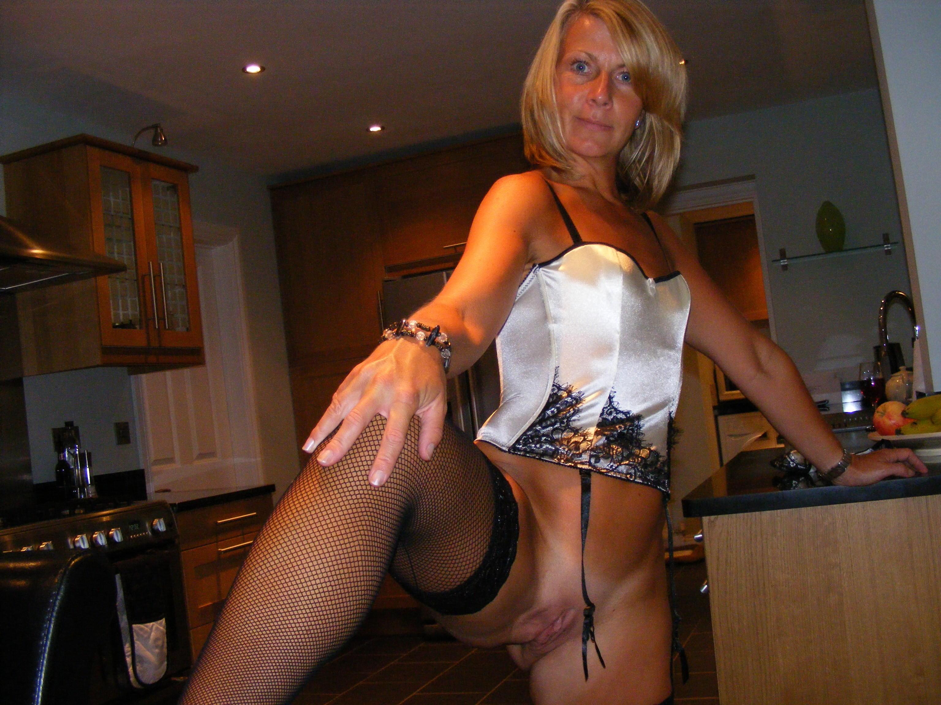 cougar très coquine montre son sexe dans cuisine