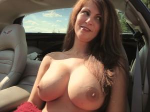 magnifique cougar montre ses gros seins dans la voiture