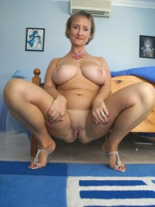cougar jambes écartées a un magnifique corps