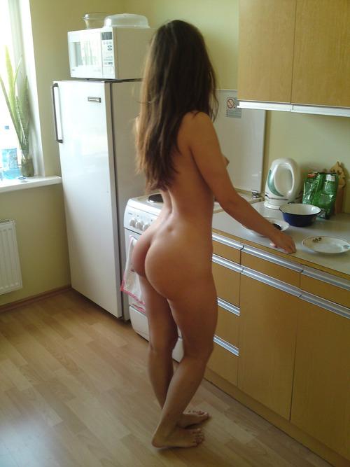 femme de julien nue dans la cuisine magnifique cul