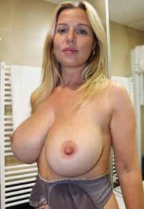 femme mature expose ses énormes seins