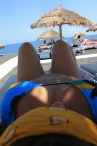 fille en bikini présente son corps