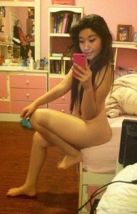 selfie nue d'une asiatique