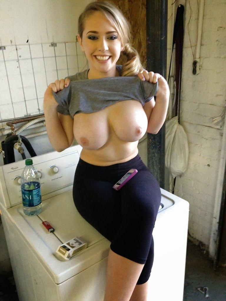 mon amie me montre son énorme poitrine sur la machine à laver