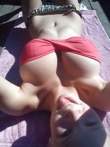 selfie d'une fille aux gros seins en bikini