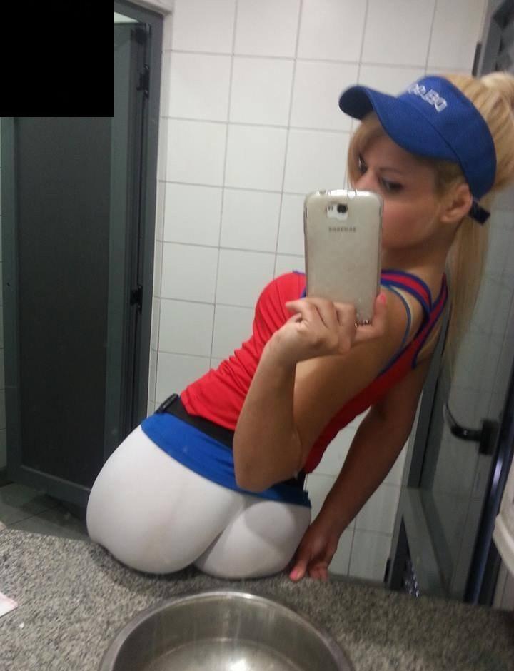 coquine au boulot présente magnifique cul en selfie