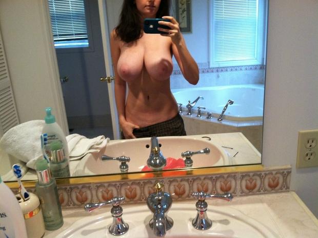 selfie de ses gros seins dans la salle de bain
