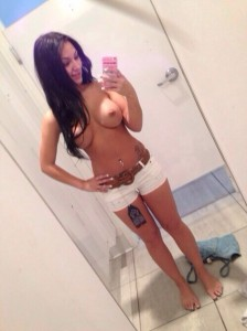 selfie de ses 3 jolis obus dans cabine d'essayage
