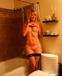 jolie MILF nue pose dans la salle de bain