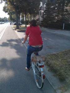 elle fait du vélo avec le string dépassant du jean