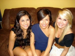 3 filles dont 2 en string sous mini-jupe