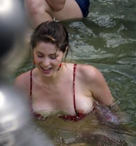 le téton d'une femme en bikini se fait la malle
