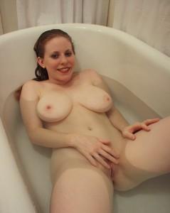 rouquine nue dans baignoire