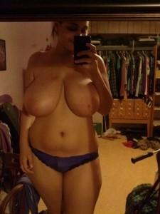 bombasse sexy aux énormes seins dans sa chambre