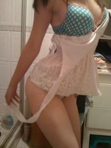 Elle enlève le haut de sa robe