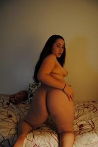 femme ronde montre son cul