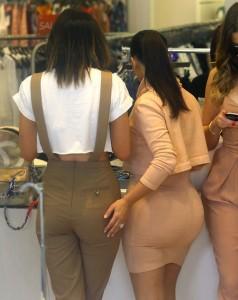 Kim Kardashian en jupe moulante