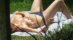 Contribution de Clément, sa voisine nue dans le jardin