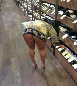 coquine sans culotte dans un magasin