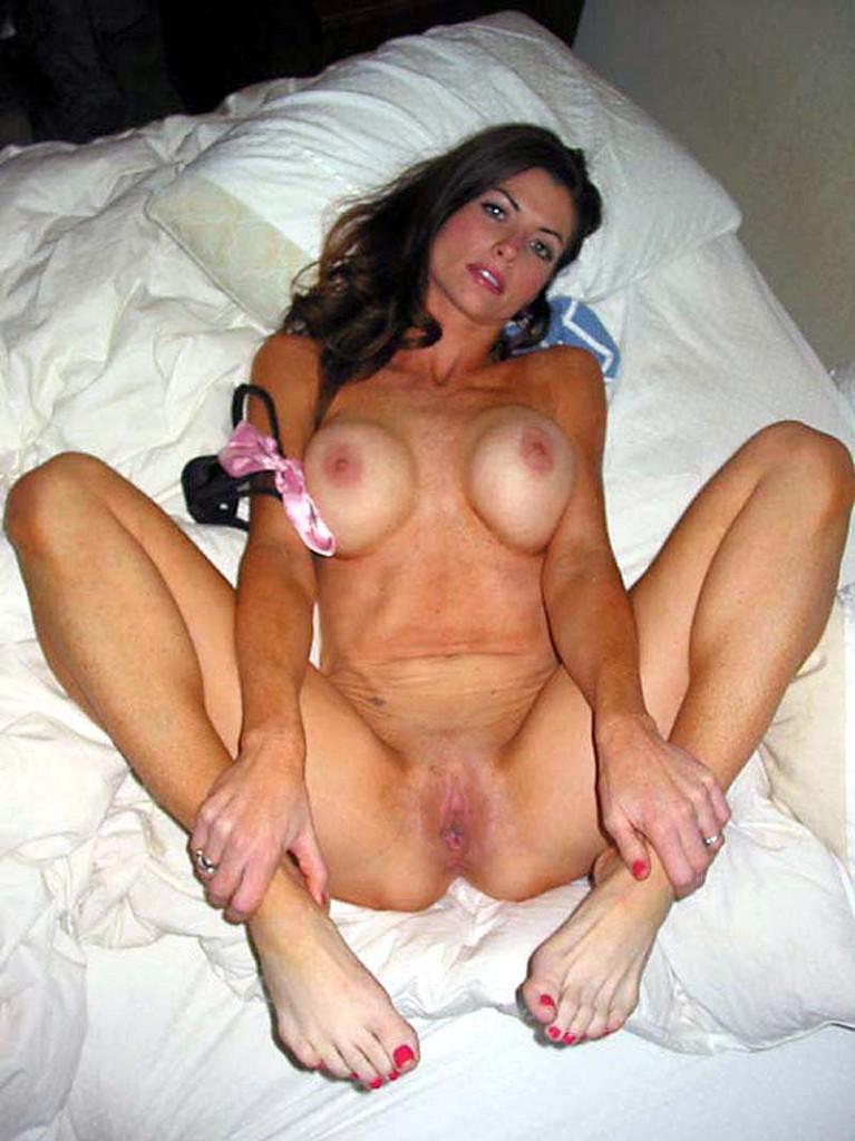 MILF nue sur son lit a envie de sexe