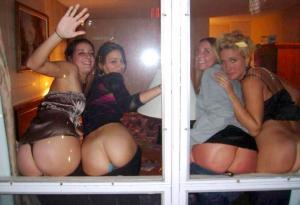femmes montrent leurs fesses à travers la fenêtre