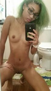 fille maigre nue en selfie