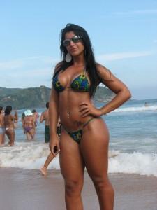 brésilienne au jolies formes en bikini