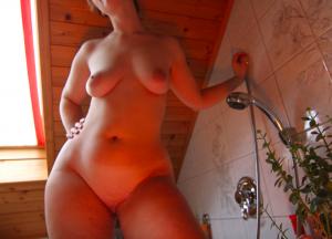 femme au corps de fous sous la douche